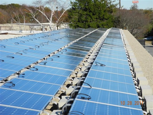 54.99kW system installed with a ballasted rail mounting system on the gravel roof of the DPI